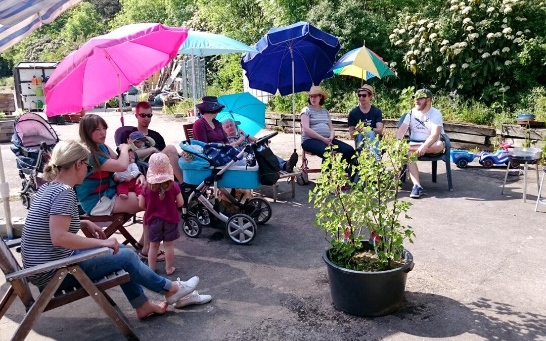 Gartenversammlung unter strahlendem Sonnenschein